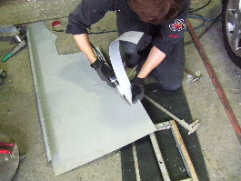 大きな平板から作製に必要な板を切り出している写真