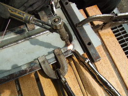 曲げ加工が終わったところにさらに小さな鉄板を溶接しているところ