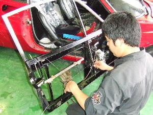 ドアのインパネ、サッシの溶接後に車両に取り付けて調整