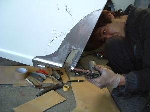 左ドア、インナーパネルのサビのある箇所を切除