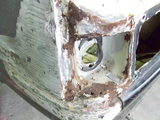 リアフェンダーコーナーは板金で火を使った形跡があり、その後の防錆がうまくいっていないのかも