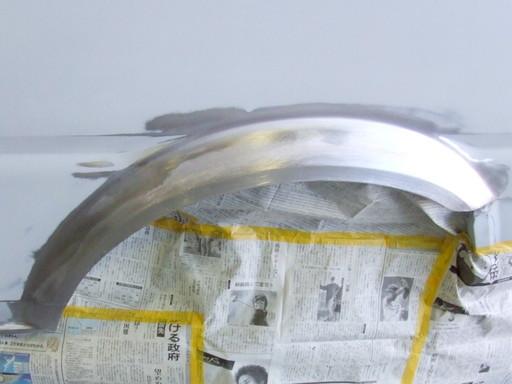 ハンダの成形が終わって周囲のサフェーサーを研いでいる