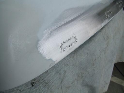 溶接痕を磨く