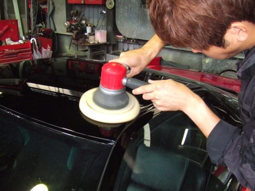 黒部分はダブルアクションポリッシャーでオーロラマークに気をつけながら磨きます。