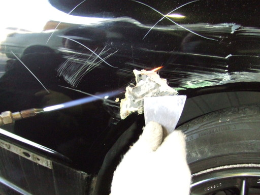 ガスで炙りながらパテが浮いてきたらスクレーパーで剥がす