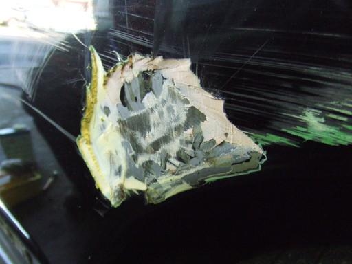 過去の修復で使われたパテが出てきたところ