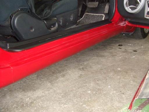 ドアを開けてサイドシルを撮影しました。しかし赤一色でよくわかならないですね