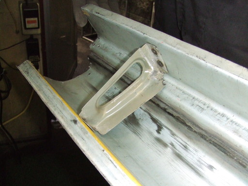 サイドシルの裏、内部補強板をスポット溶接で取り付け