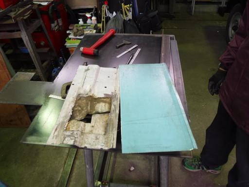 切り取った荷台床と探してきた鋼鈑