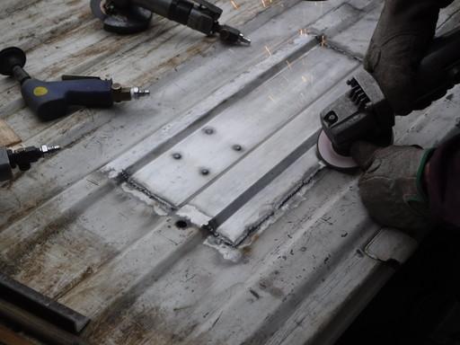 グラインダーで削り作業